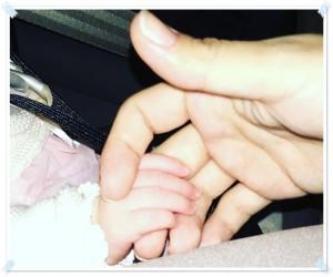 mama y bebe de la mano