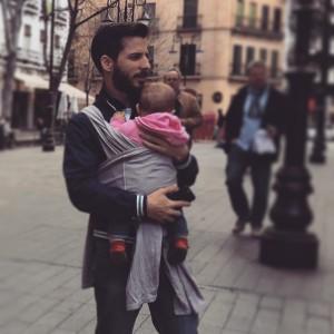 Papá jugando con el bebé